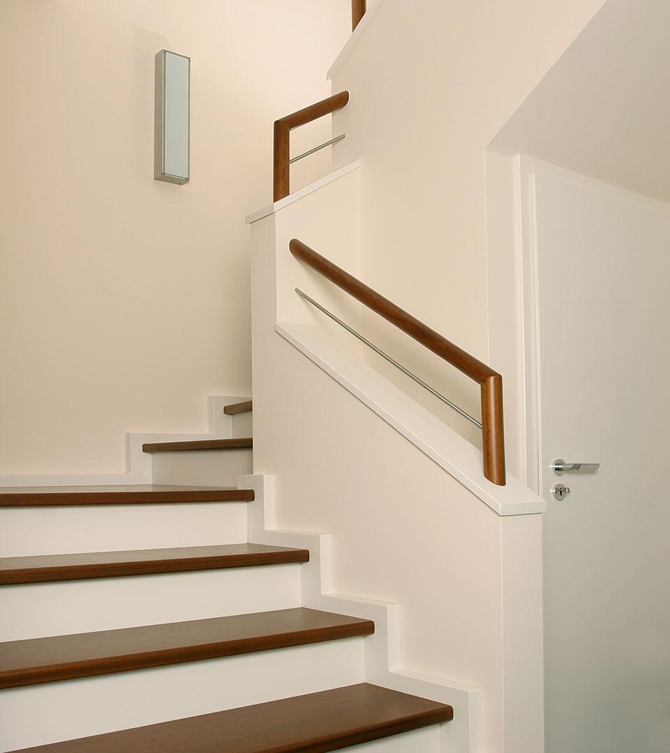 moderne betontreppe mit stufen in sipo mahagoni meyer. Black Bedroom Furniture Sets. Home Design Ideas