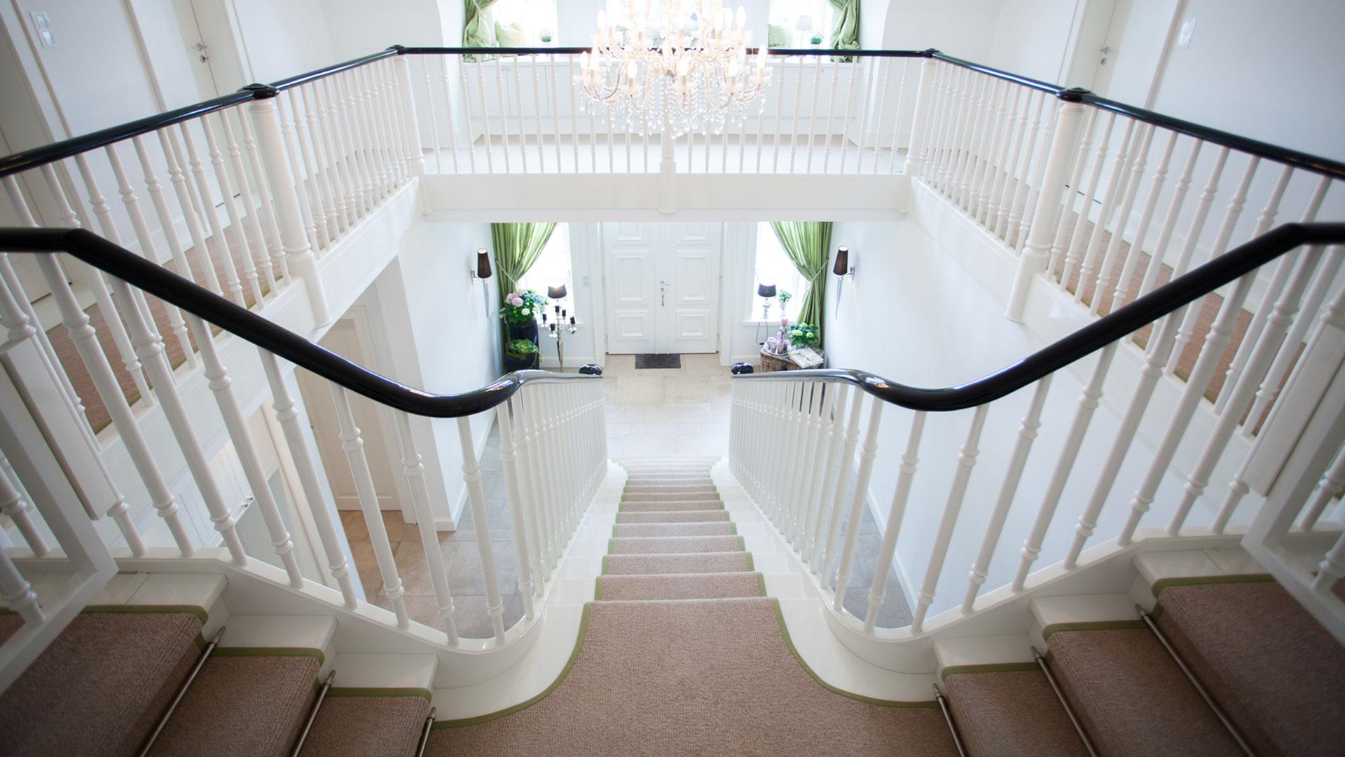 ein gl nzender auftritt f r die wei e geschosstreppe meyer grave treppenbau. Black Bedroom Furniture Sets. Home Design Ideas