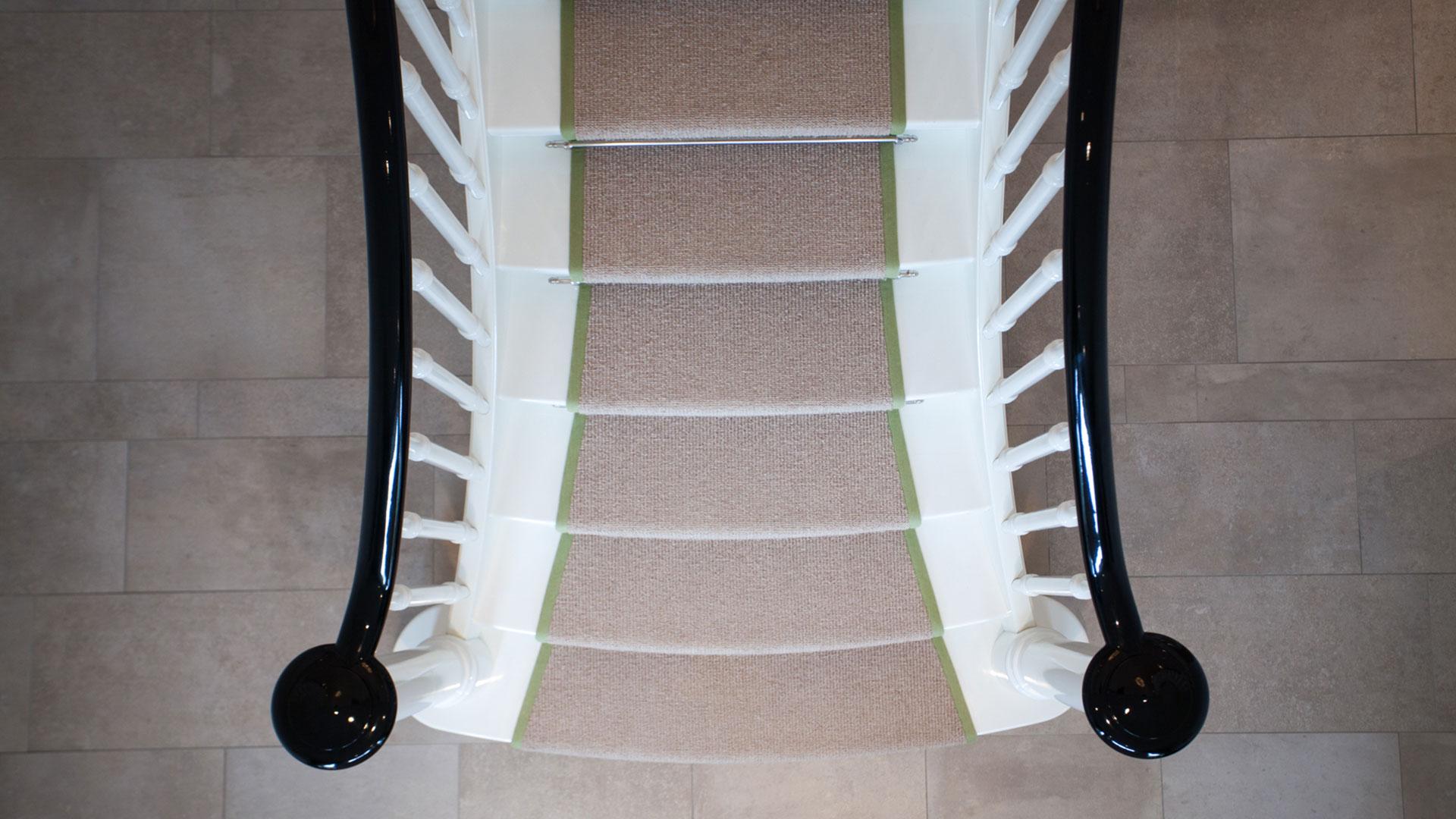 ein gl nzender auftritt f r die wei e geschosstreppe. Black Bedroom Furniture Sets. Home Design Ideas