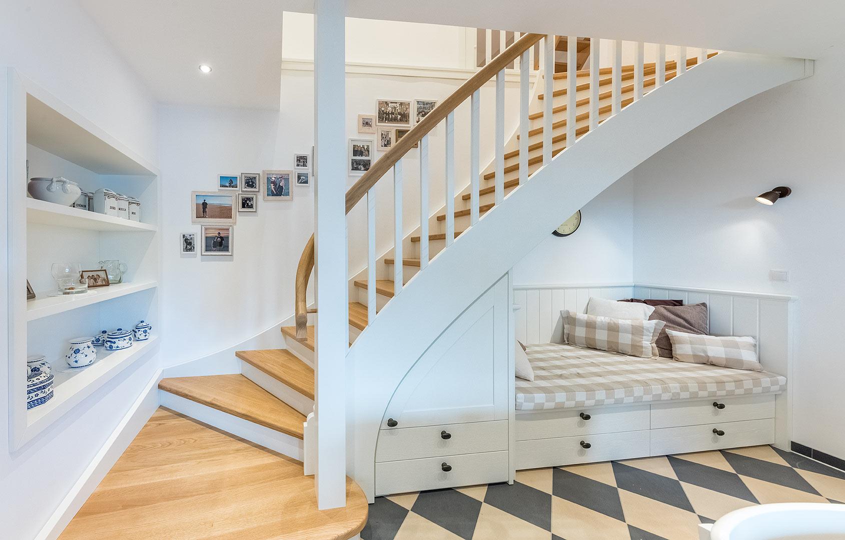 zeitlos sch n treppenanlage mit gel nder aus schwarzem. Black Bedroom Furniture Sets. Home Design Ideas