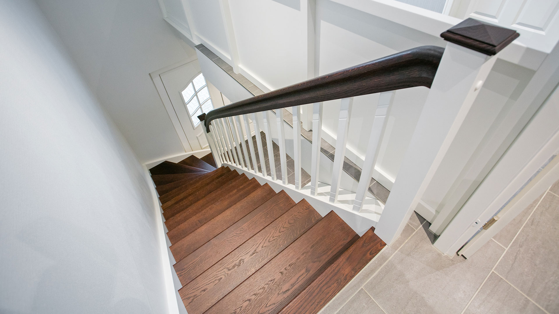 die schlichte treppe mit viel stauraum in eiche gebeizt und wei meyer grave treppenbau. Black Bedroom Furniture Sets. Home Design Ideas